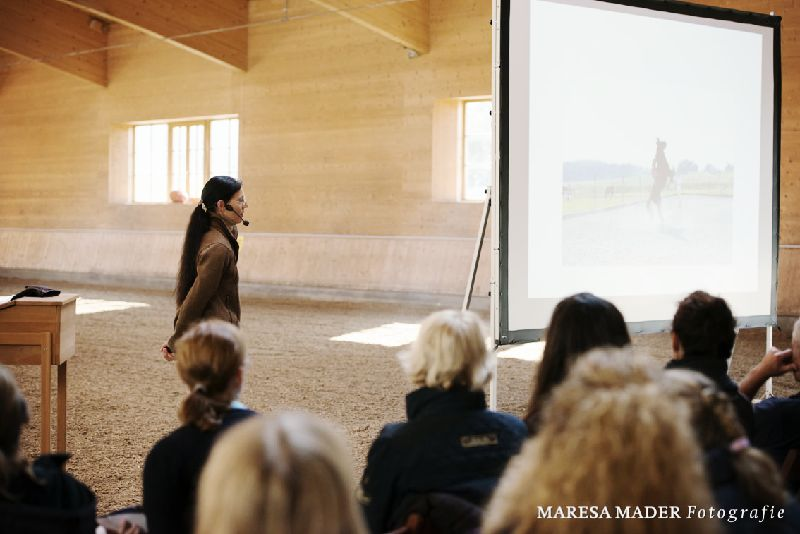Alle sind gespannt auf Anja Berans Vortrag zum Thema Problempferde.