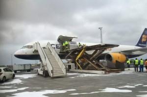 Die Cargo Maschine wird auf Island beladen.