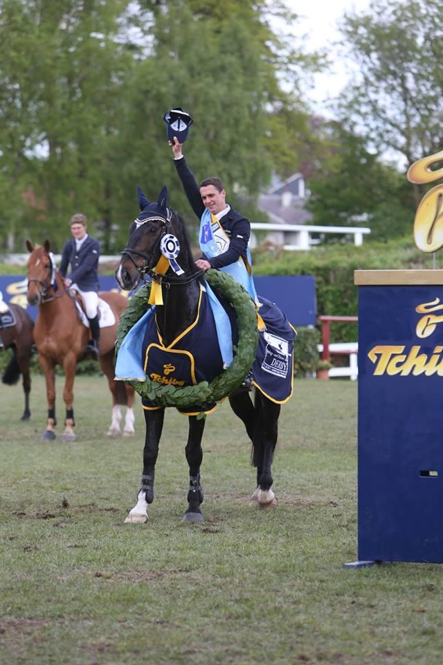 Gilbert Tillmann gewinnt mit seinem Partner Hello Max im Jahre 2013 das 84. Deutsche Springderby in Hamburg.
