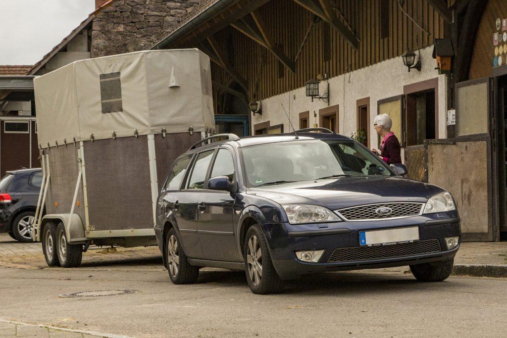 Auto mit Pferdeanhänger von vorn