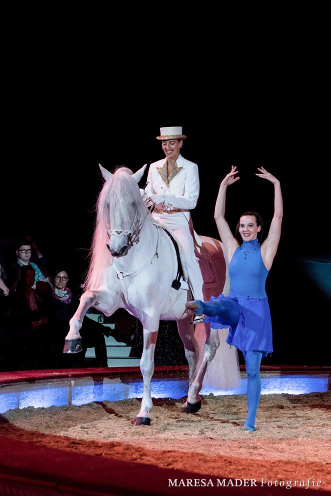 Anja Beran auf Pao mit Tänzerin