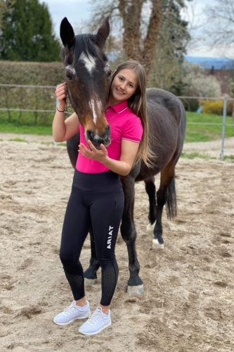 Mädchen mit Pferd in Reitleggings