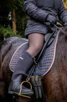 Black-Forest-Exquisite Softshell-Reithose Helsinki Grip (Artikelnummer 102636), Cheval de Luxe Reit- und Freizeitjacke Carole (Artikelnummer 152832), black-forest Neopren-Reitstiefel Riding (Artikelnummer 40099)